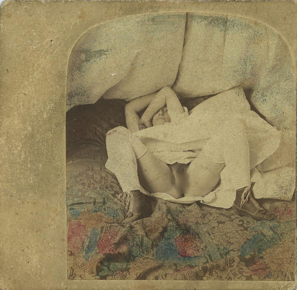 Photographie obscène représentant une femme qui se dissimule, les cuisses ouvertes, vers 1860, Auguste Belloc